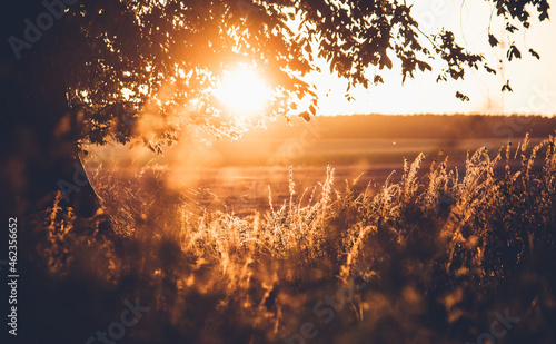 Piękny zachód słońca jesienią