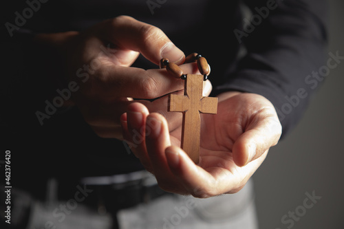 Foto a man holding a wooden cross in his hand