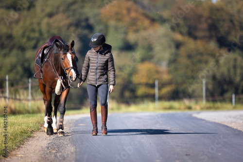 Canvastavla Your rider will lead you saddled along a street, looking at each other, photographed from the front on the left side of the road