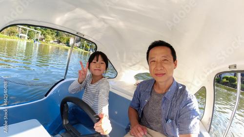 Fotografie, Obraz 夏の公園の池でボートを乗って遊んでいる親子