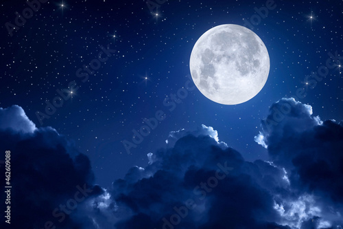 Photo Night sky with full moon, clouds and stars