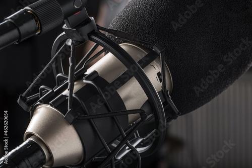 Mikrofon pojemnościowy w koszu przeciwwstrząsowym.