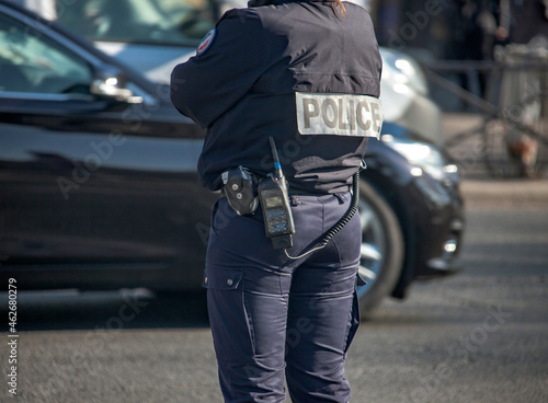 Photo An equipped policewoman in Paris regulates traffic.
