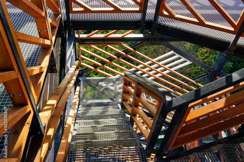 Foto a fragment of the structure of a new modern metal observation tower with decorat