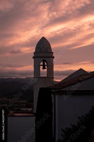 Billede på lærred Increible monasterio con un bonito atardecer anaranjado.