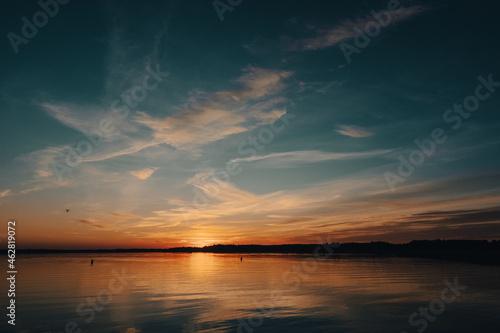 Piękny zachód słońca nad jeziorem Mamry w Węgorzewie