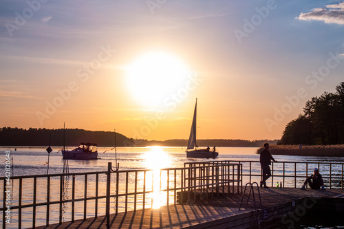 giżycko jezioro słońce zachód słońca wschód słońca port jacht żaglówka pomost mostek plaża giżycko jezioro słońce zachód słońca wschód słońca pomost mostek plaża warmia mazury