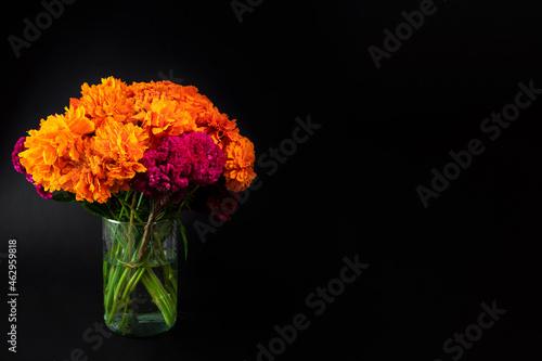 Murais de parede Florero de día de muertos con flores de cempasúchil con fondo negro