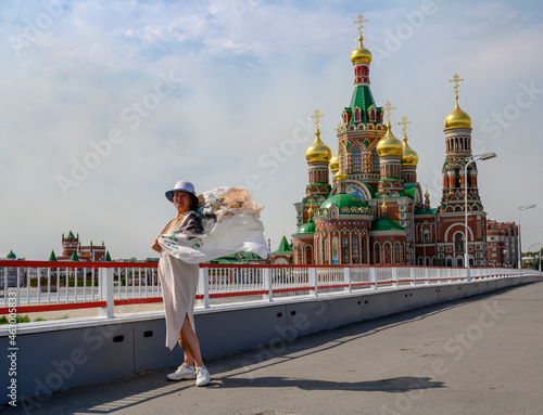 Tela A woman with a waving handkerchief on a bridge in front of a church