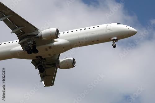 Passagierjet im Landeanflug, Fahrwerk ausgefahren Fotobehang