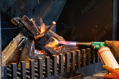 Tela 暖炉にバーナーで火をつける