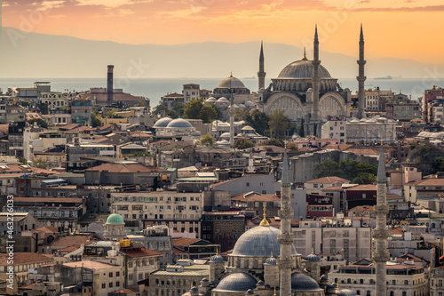 Photo ISTANBUL, TURKEY - OCTOBER 12 ,2021: Istanbul city view on mosque with Sultanahmet district against sunset sky and clouds