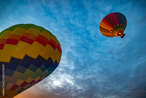 globos aerostáticos despegando al amanecer en invierno