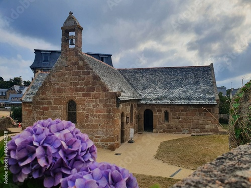 Billede på lærred Chapelle en bord de mer, Cotes d'Armor et ses hortensias, Bretagne, septembre 20