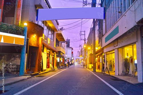Tableau sur Toile 沖縄県宮古島市、夜の西里大通りの風景