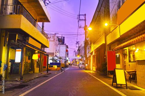 Fototapeta 沖縄県宮古島市、夜の西里大通りの風景