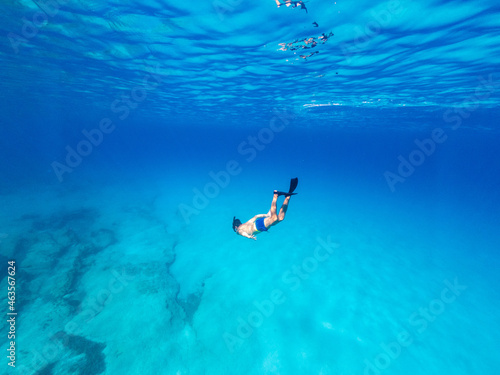 Underwater photo of man free diving in clear sea Fototapet