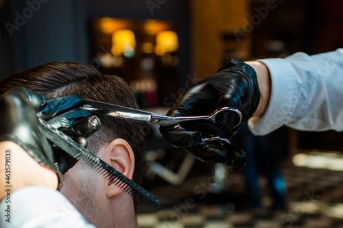 Fotografering barbershop, the master does his hair, in the frame the hands of the master with