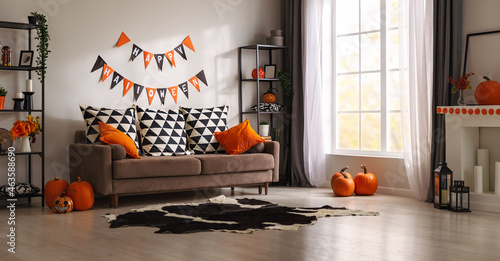 Foto interior of house decorated for Halloween pumpkins