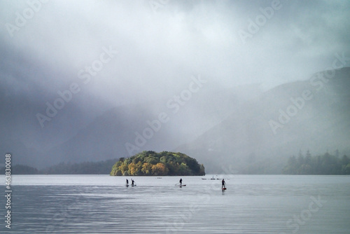 Paddle boarders on Derwent Water on a misty day in autumn Fototapet