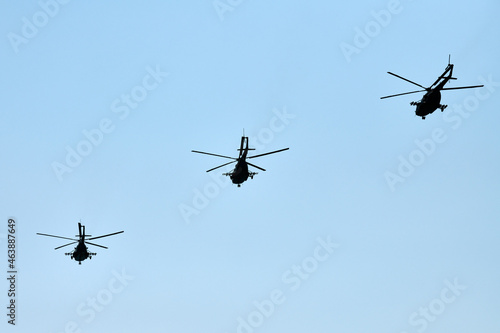 Photo Military helicopters flying in blue sky performing demonstration flight, aerobat
