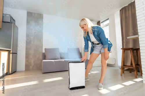 Fotografia woman turn on air humidifier
