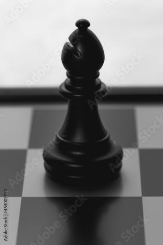 Canvastavla Black bishop piece on a chessboard