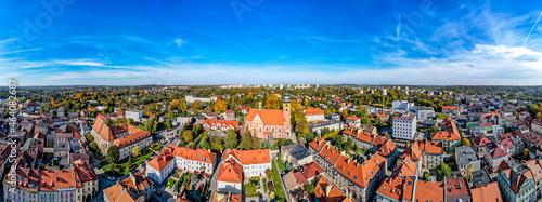 Foto stare miasto Wodzisław Śląski na Śląsku w Polsce, jesienią z lotu ptaka, rynek