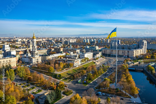 Photographie Aerial view to highest ukrainian flag on embankment in Kharkiv