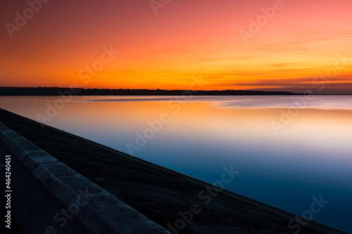 Kolorowy zachód słońca nad Jeziorem Goczałkowickim przy zaporze