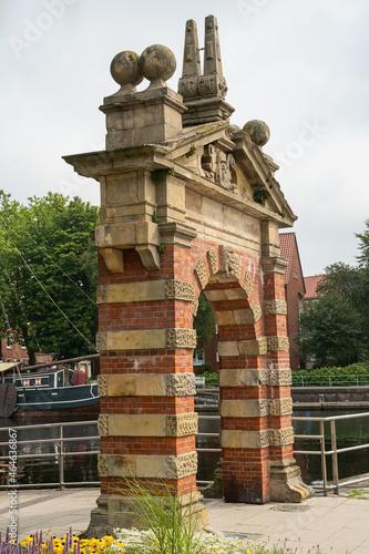 Fototapeta Das historische Hafentor der Stadt Emden, Ostfriesland
