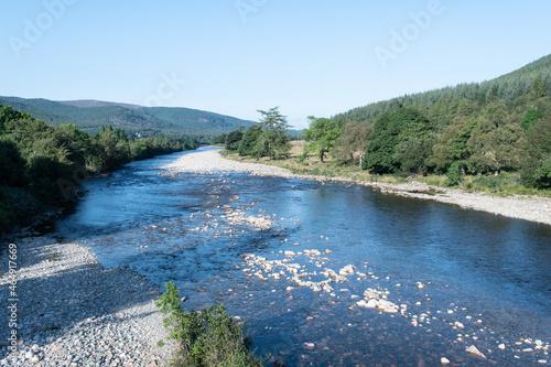 Fotografija Shore of River Dee in Ballater in Aberdeenshire in Scotland